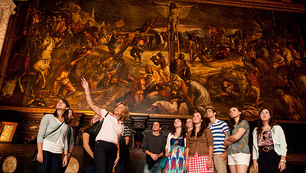 Students in Venice tour the Scuola di San Rocco with Professor Agnese Chiari.