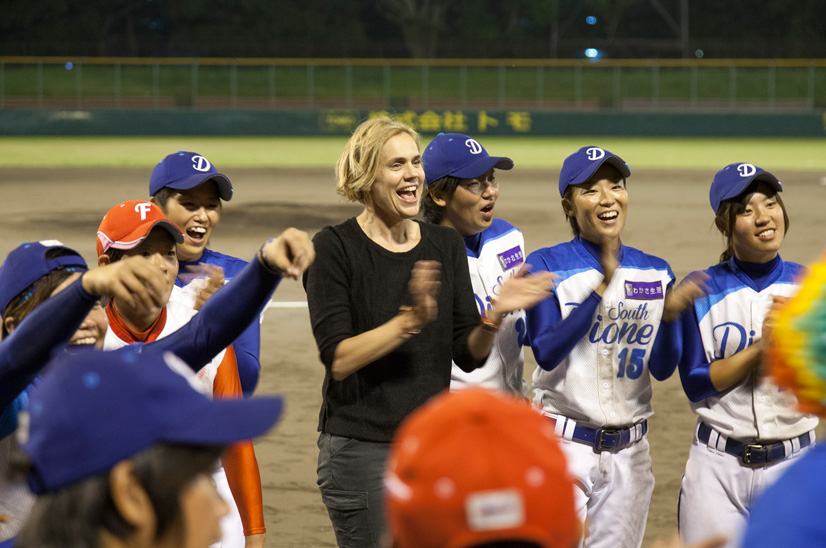 Allison Orr ('93) surrounded by female professional baseball players in Kyoto.