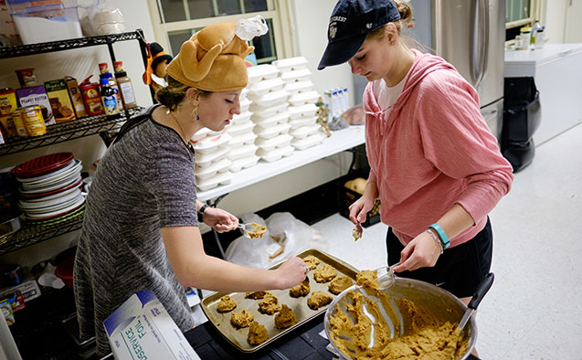Students prepare a Thanksgiving meal